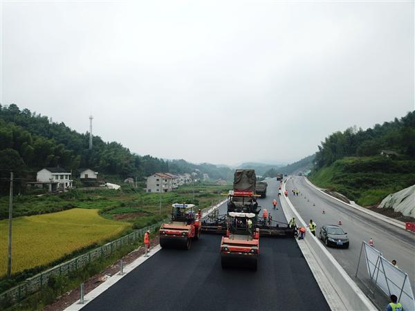 马安高速公路成功完成沥青路面上面层试验段摊铺
